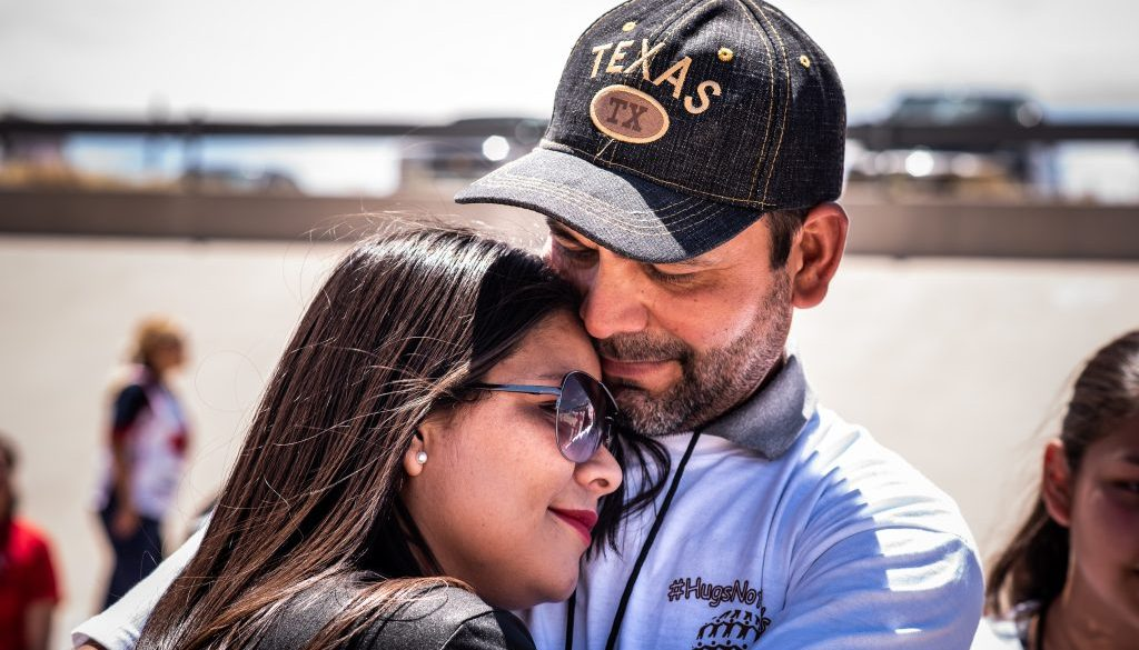 Gabriela&Adrian, HugsNotWalls